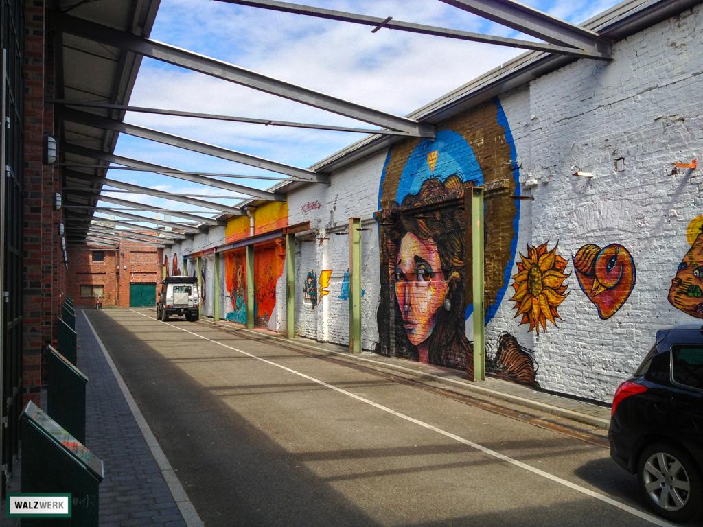 Großflächige Kunst im Spaltband des WALZWERKES in Pulheim